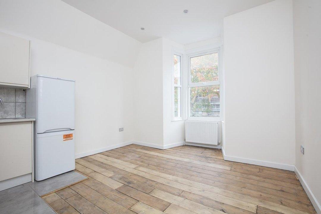 Flat/Apartment For Sale in Elmington Road, SE5 219 view3