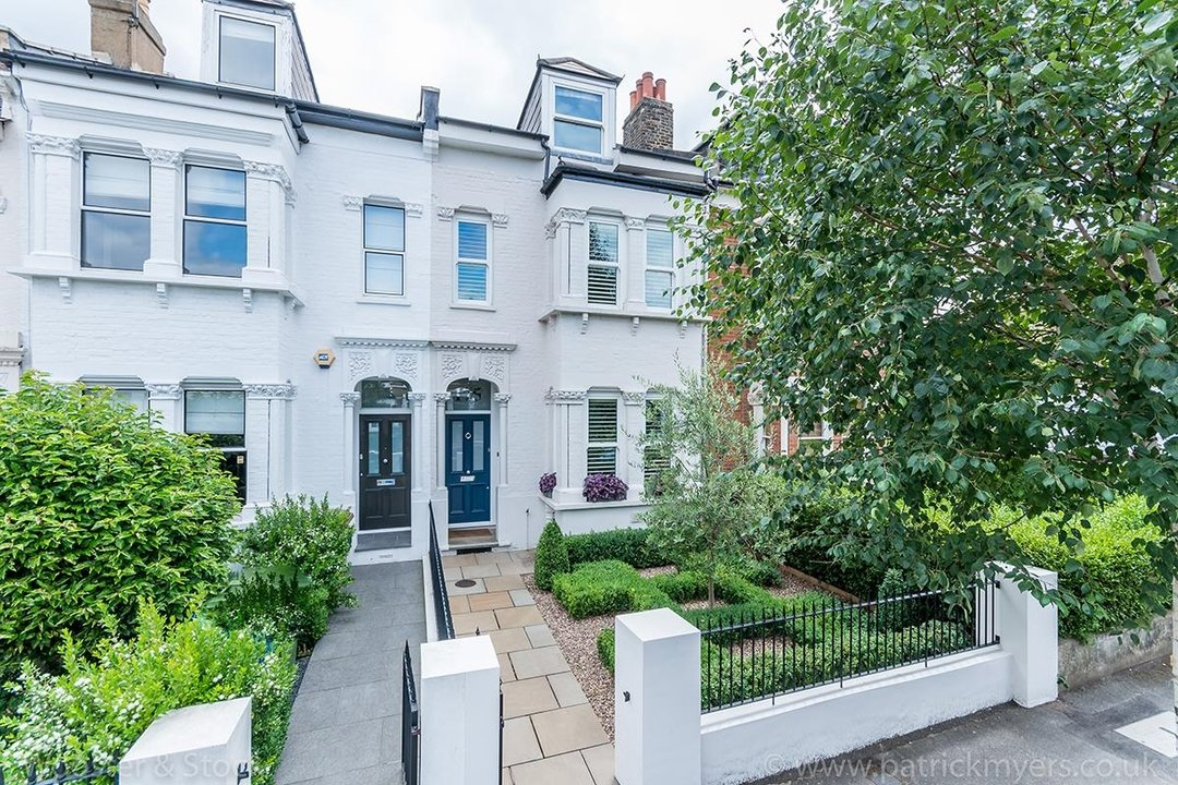 House - Terraced For Sale in Friern Road, SE22 122 view1