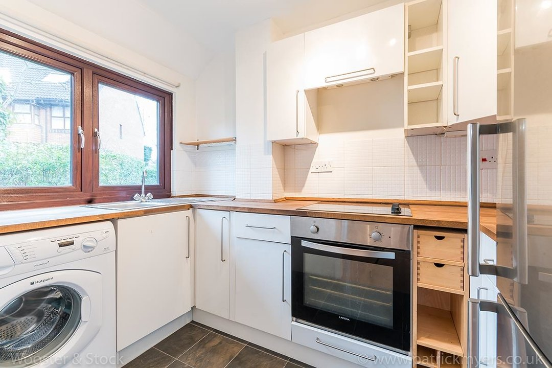 House - Semi-Detached For Sale in Grovelands Close, SE5 244 view5