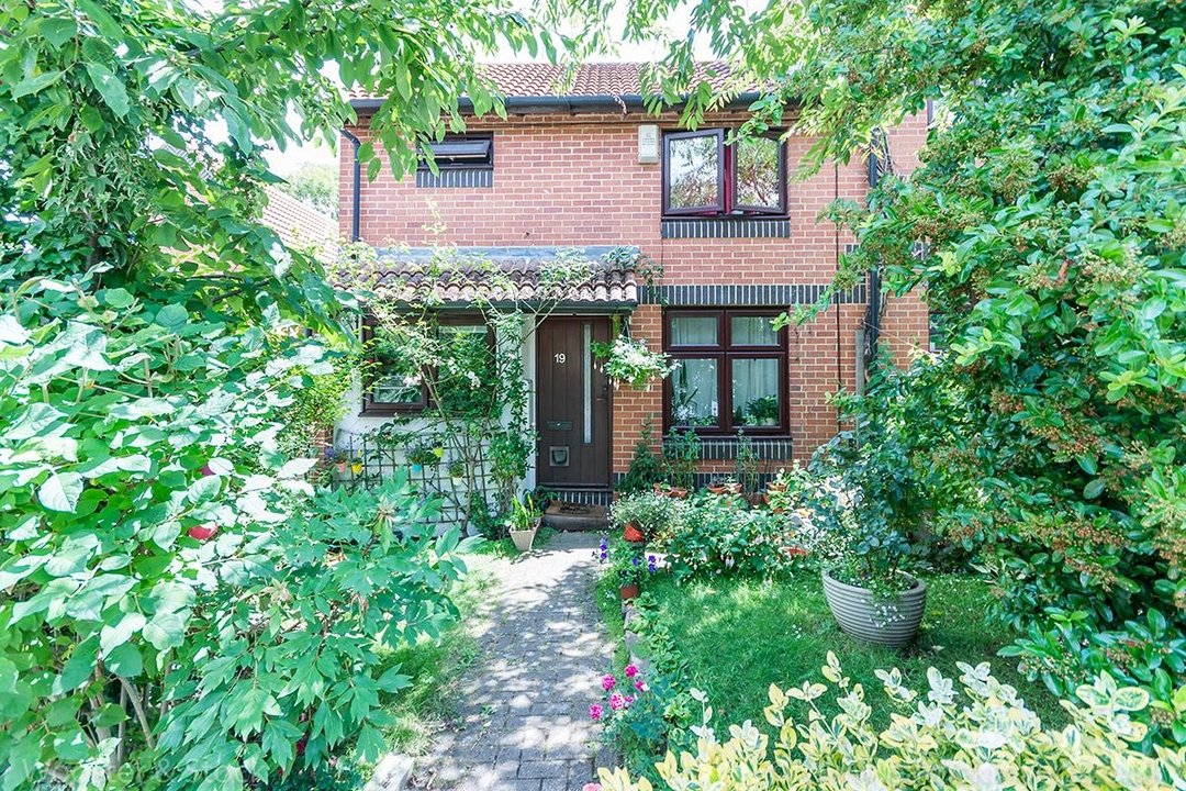 House - Semi-Detached Sale Agreed in Grovelands Close, SE5 99 view1
