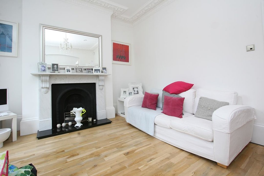 House - Semi-Detached For Sale in Lyndhurst Way, SE15 231 view3