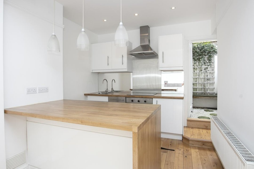House - Terraced For Sale in New Church Road, SE5 301 view1