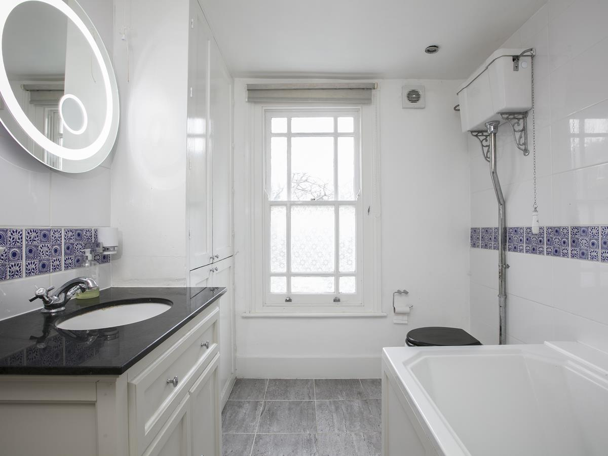 Flat - Conversion Sold in Thorne Road, SW8 279 view12